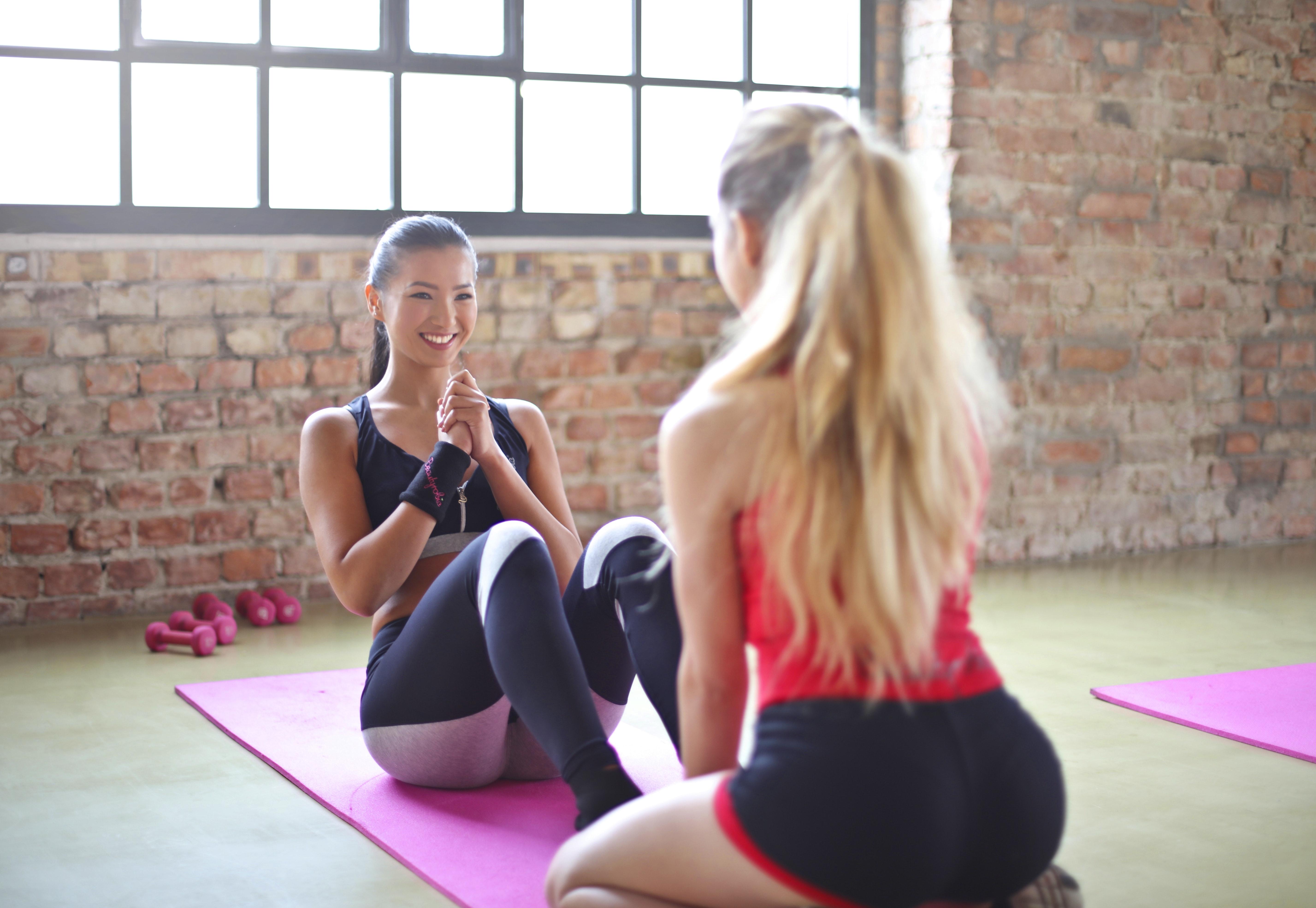 Två kvinnor tränar tillsammans