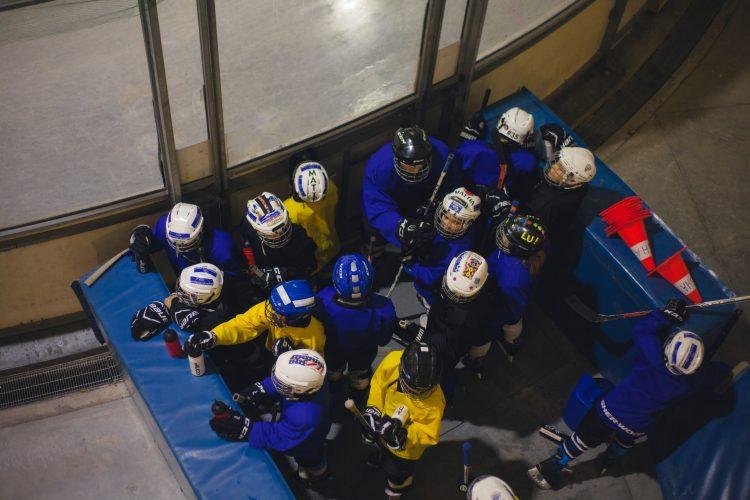 Ett hockeylag utanför rinken